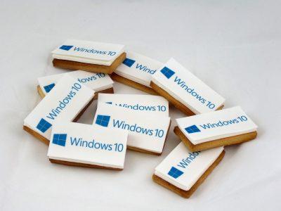Galletas rectangulares decoradas con papel de azúcar representado un logotipo para la empresa Windows