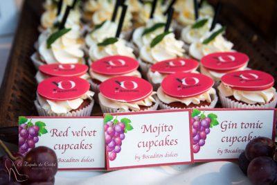 Cupcakes con sabor red Velvet decorado con papel de azucar, cupcake de mojoto decorado con una pequeña hoja de fondant y cupcakes de gin toníc decorado con pajita