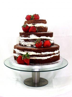 tarta desnuda de 3 pisos decorada con fresas