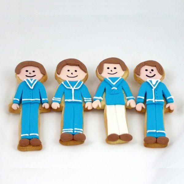Galleta de comunión con forma de niño, decoradas con traje de primera comunión en color azul.