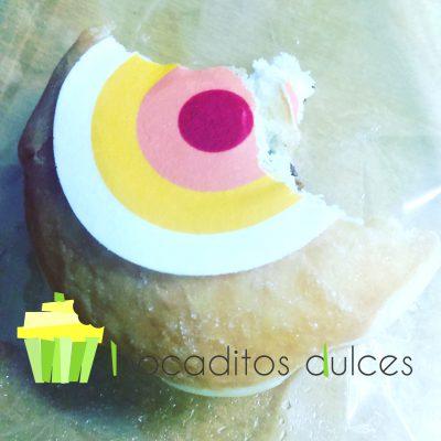 Donuts clasico de azúcar decorado de forma personalizada con papel de azúcar.