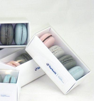 Macaron de diferentes colores y sabores en cajita de cuatro unidades con logotipo personalizado.