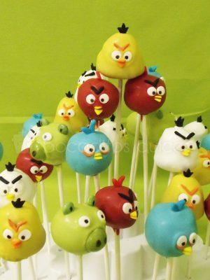 Chupa chups de bizcocho, decorados con los diferentes personajes de Angry birds.
