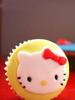 Cupcakes decorado con un circulo de fondant que a su vez esta decorado con la cara de la gatita Kitty.