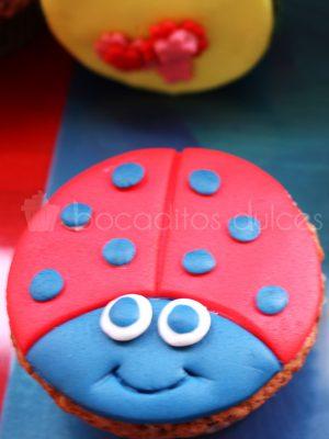Cupcake decorado con un circulo de fondan que se ha decorado dandole la forma de una mariquita.