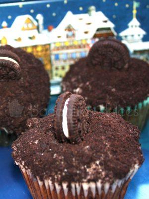 Cupcake con base de bizcocho de vaililla, decorado con buttercream de oreo y una minigalleta oreo.