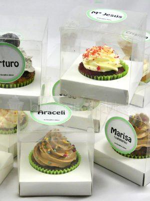 Cupcake con bizcocho de chocolate, decorado con butercream de distintos sabores y presentado en cajita indivisual con un diseño personalizado en forma de pegatina .