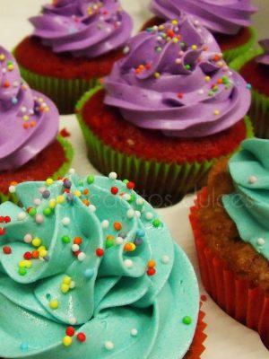 Cupcakes con diferentes sabores de bizcocho decorados con buttercream de dististos colores.