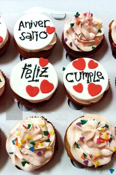 Cupcakes con buttercream de fresa decorados con birutas de colores, cupcakes de fresa decorados con letros de felicitacion en fondant blanco.