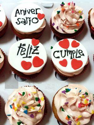 Cupcakes decorado con butercream y un circulo de fondant a su vez decorado con un mensaje escrito