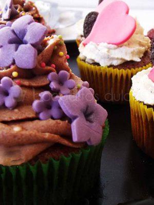 Cupcakes de bizcochos de diferentes sabores decorados con Buttercream de distintos sabores y decorados a su vez con flores de fondant y corazones.