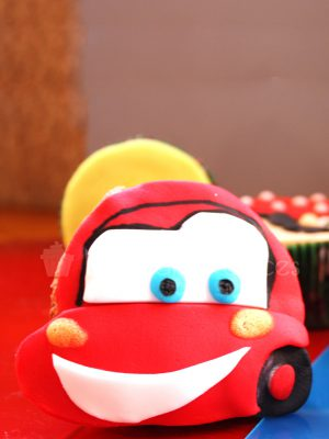 Cupcakes, con buttercream de vainilla decorado con fondant dandole forma de coche Rayo McQueen.