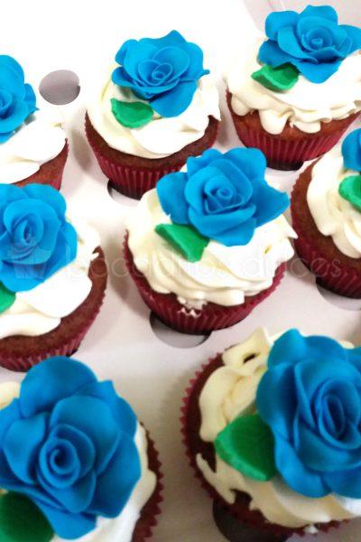 Cupcake clasico decorado con una rosa de fondant azul.