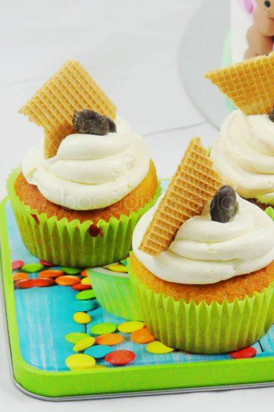 Clásico cupcakes de vainilla decorado con un delicioso barquillo.