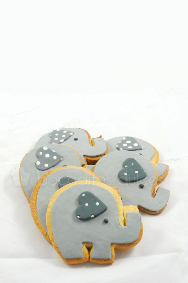 Galletas de mantequilla con forma de elefante decoradas con fondant gris.