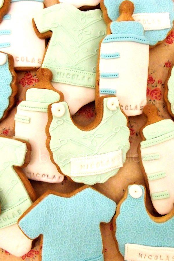 Galletas de mantequilla con dististas formas sobre bebe decoradas con fondant de colores.