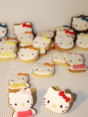 Galletas de mantequilla decoradas con la forma de la gatita Hello Kitty decoradas con fondant.