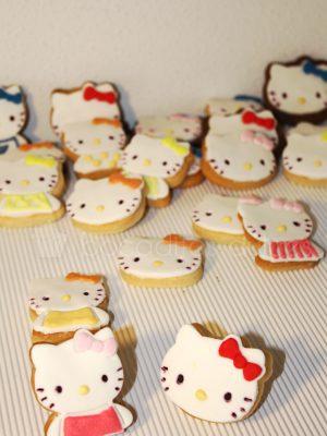 Galletas de mantequilla decoradas con la forma de la gatita Hello Kitty decoradas con fondant.