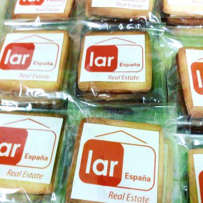 Galletas de mantequilla decoradas de forma personalizada con papel de azúcar