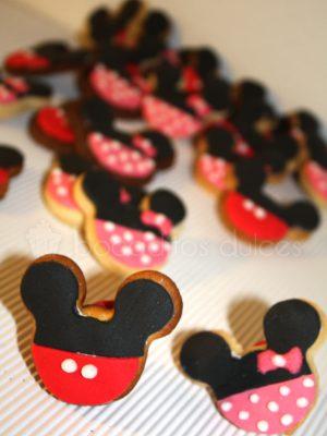 Galleta de mantequilla con foma de minnie mouse decoradas con fondant negro y rosa con bolitas blancas, galleta de fondant decorada de michey mouse con fondant negro y rojo.