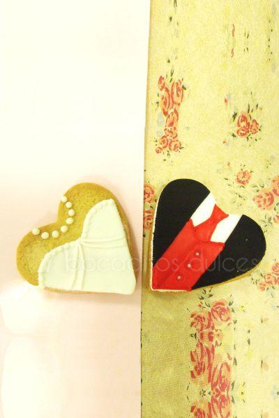 Galleta de mantequilla con forma de corazón decoradas con traje de novio en fondant, galleta con forma de corazón con traje de novia decorada con fondant.
