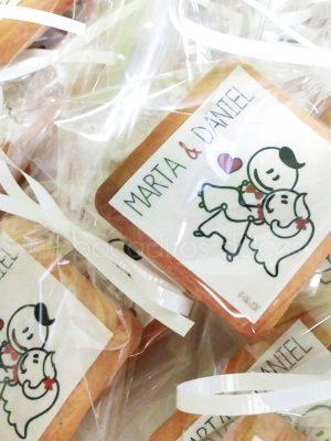 Galleta de mantequilla cuadrada decorada dibujo de novios en papel de azúcar.