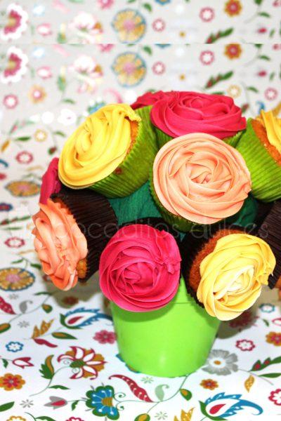Ramo de rosas hecho con un conjunto de Cupcakes con diferentes tonos de buttercres al cual se le ha dado forma de rosa.