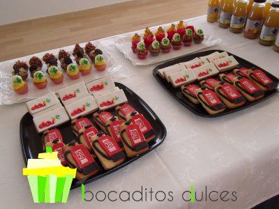 Mesa dulce compuesta por minicupckes de chocolate, fresa , limon y oreo con logotipo personalizado en papel de azúcar. Galletas de mantequilla decorados de forma personalizada en fondant y otra con logotipo en papel de azúcar.