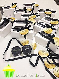 Minitartas con forma de estuche de maquillaje para regalo de empresa.