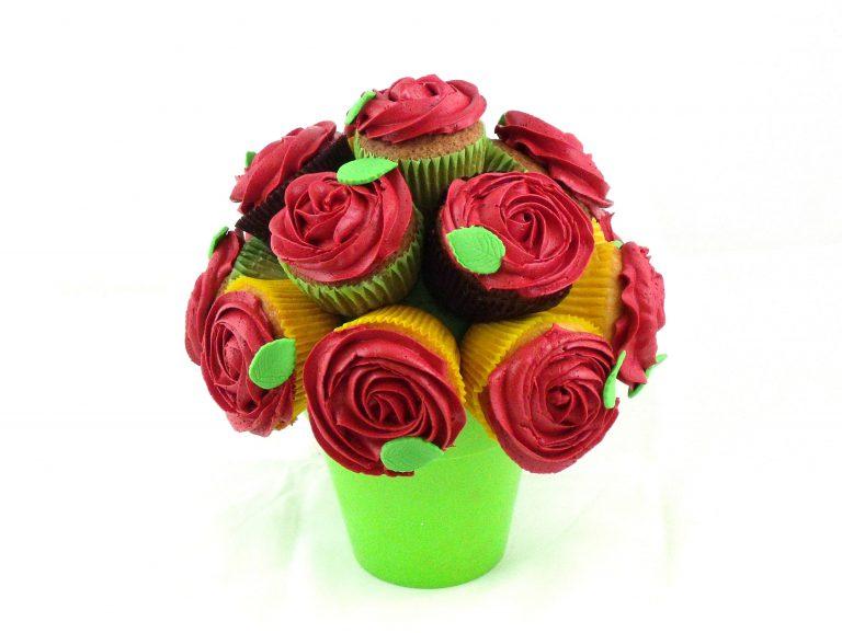 Ramo decorado con cupckes con buttercream de color rojo y una hoja de fondant.