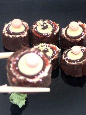 sushi dulce de bizcocho, crema y chocolate