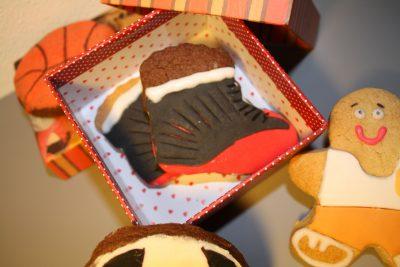 Galleta de mantequilla con forma de zapatilla de baloncesto y decorada con fondant.