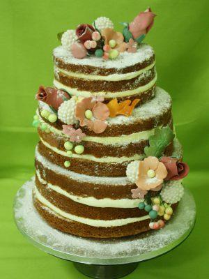 Tarta desnuda de tres pisos decorada con flores talladas en fondant.