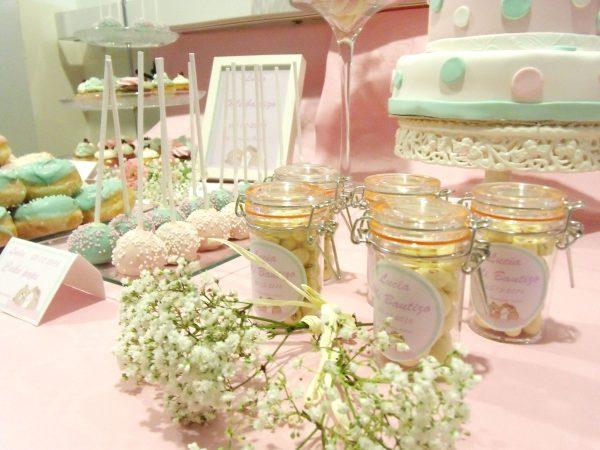 Mesa dulce decorada en color rosa y azul pastel, con diferntes dulces