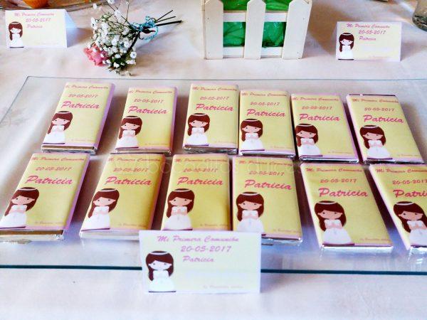 Mini chocolatinas individuales envueltas con papel personalizado.