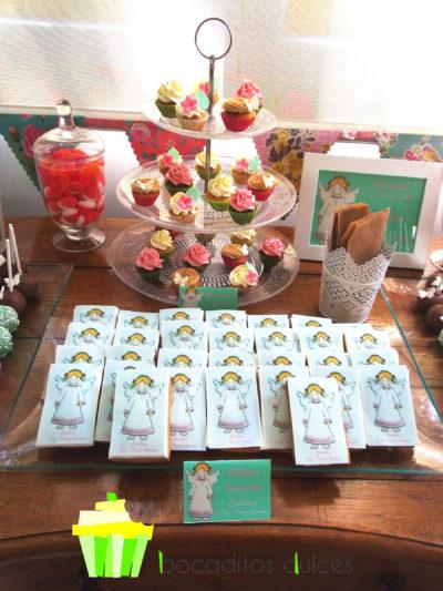 Distintos tipos de gominolas, minicupcakes, de vainilla y chocolate, cubiertos de buttercra, de vainilla, fresa y dulce de leche, chocolatinas con etiquetas personalizadas