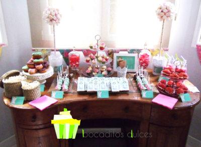 Distintos tipos de gominolas, arbolitos de nubes de gominolas, botellas de batido de frersa, pastelitos rellenos de buttercream de vainilla, cake pops bañados en candy mel de distitos colores, minicupcakes con bizcocho de chocolatae y vainilla, cubiertos de buttercream de vainilla, fresa y dulce de leche, chocolatinas con etiqueta personalizada, donuts con diferntes colores de glaseado y palomitas