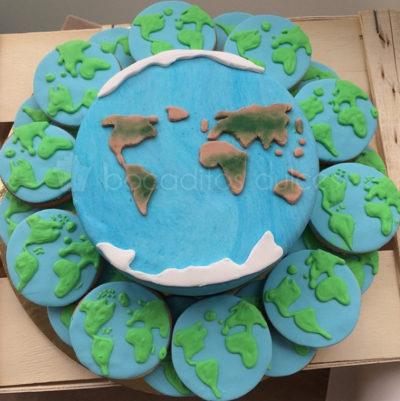 Tarta forrada de fondant con decoracion de fondant recreando el mapa mundi. Galletas de mantequilla, decoradas con fondant y glaseado real recreando el mapa mundi.