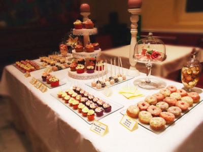Mesa dulce compuesta por donuts, chocolatinas, cake pops, nimi cupcakes, cupcakes, vasitos rellenos de bizcocho y buttercream