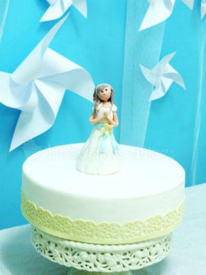 Mesa dulce compuesta por mini cupcakes, variedad de gominolas, galletas de mantequilla personalizadas, cake pops y tarta de fondant y buttercream con muñeca de fondont persanalizada