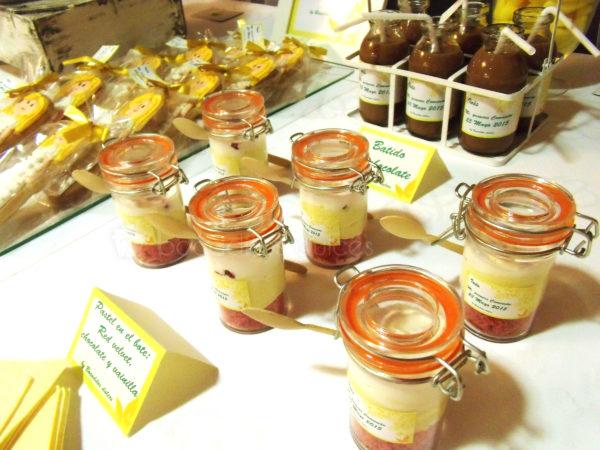 Botes de cristal rellenos de bizcocho de red velvet, chocolate y vainilla, botellitas de cristal rellenas de batido de chocolate, y galletas de mantequilla personalizadas para niña