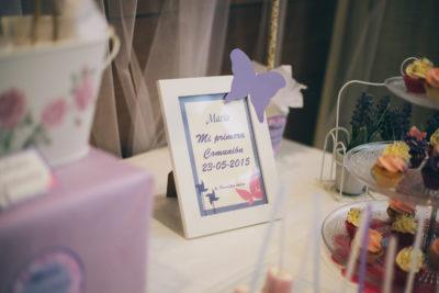 Mini cupcake cubiertos con buttercream de vainilla, fresa, y mora, con letreros explicativos personalizados