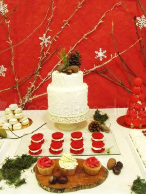 mesa dulce en tonos rojos y blancos con temática de Navidad