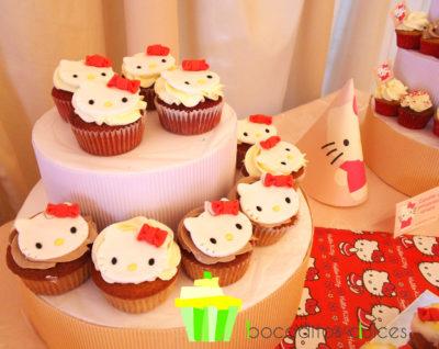 Mesa compuesta por cake pops, cup cake y mini cupcakes, distintos tipos de gominola, cake pops, donuts, chocolatinas y palomitas