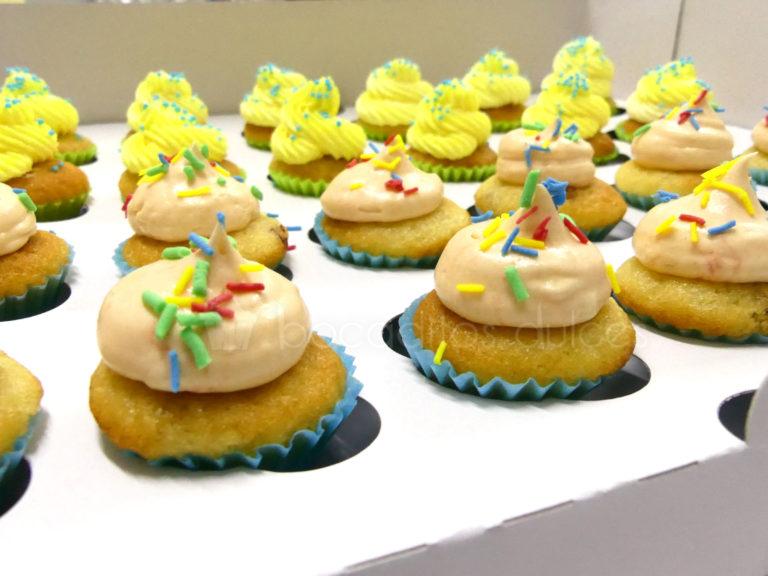 Cupcakes de vainilla, decorados con buttercream de diferentes sabores y pequeñas virutas de caramelo