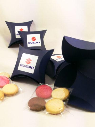 Cajita de carton azules, rellenas en su interior con cuatro galletas de mantequilla de variados sabores fresa , limón y chocolate