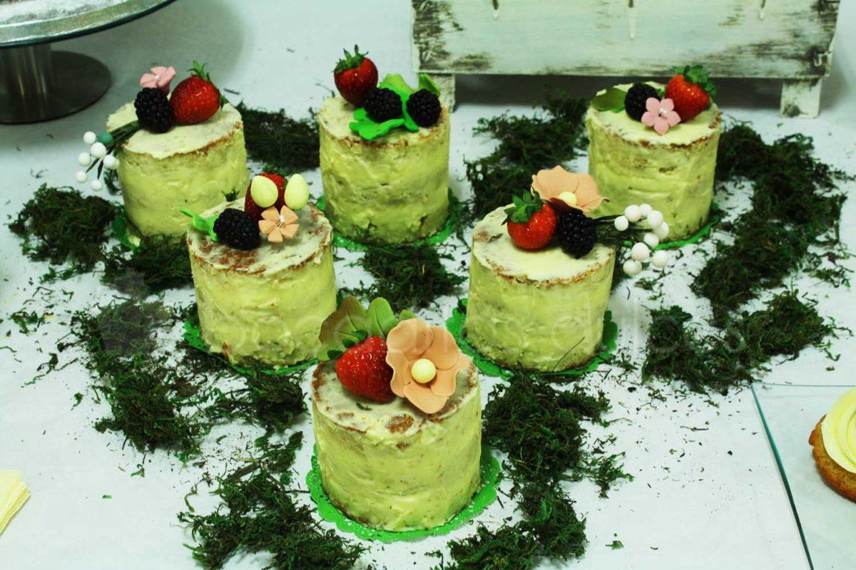 tartita individual con diseño desnudo con frutas