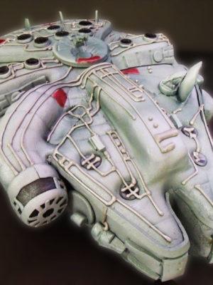 Tatra tallada con la forma de la nave llamada Halcon milenario forrada en fondant y todos sus detalles en fondant.