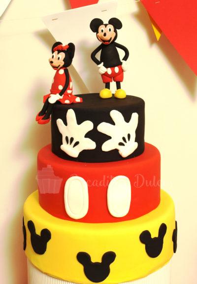 tarta de 3 pisos de fondant con temática y figuras de Mickey y Minnie Mousse