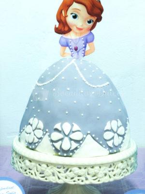 tarta princesa sofia con la tarta en la falda y el cuerpo y cabeza de papel de azúcar